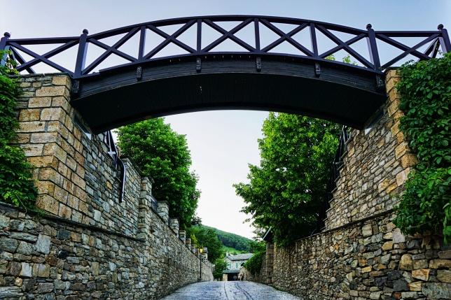 Το ξύλινο τοξωτό γεφύρι στην είσοδο του Νυμφαίου